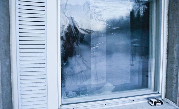 Ikkuna hajosi täysin polttopulloiskussa.
