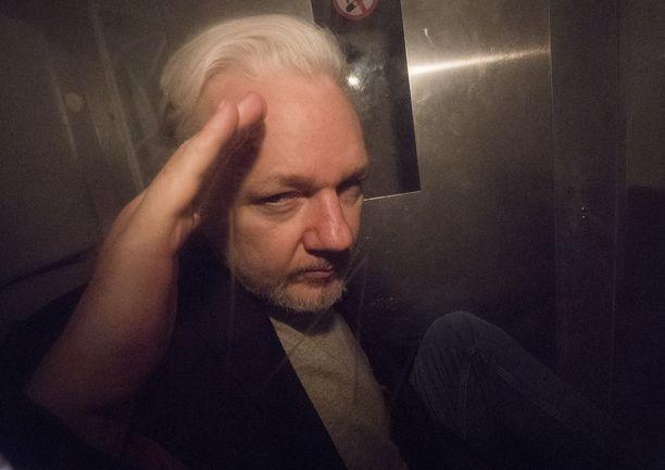 Wikileaksin perustaja Julian Assange kuvattuna Lontoossa sen jälkeen, kun hänelle luettiin 50 viikon vankeustuomio oikeuden määräyksen rikkomisesta.