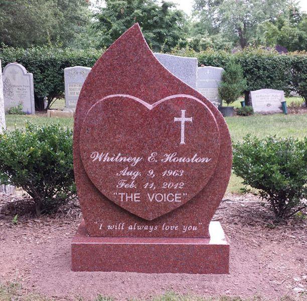 Tässä se on - laulajalegendan kauniin persoonallinen hautakivi.