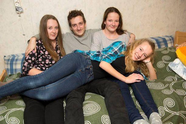 Roosa (vas.) on lukion ensimmäisellä, Vili opiskelee sähköasentajaksi, Viivi on seitsemännellä luokalla ja Saana kuudennella.