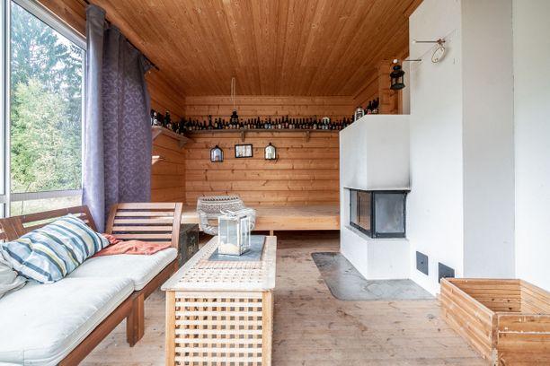 Vantaalaisen pihasaunan yhteydessä on avara ja valoisa tupa, jossa voi viettää aikaa saunaillan yhteydessä.