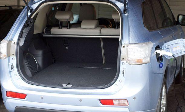 Akku ja muu erikoistekniikka nipistää tavaratilasta korkeussuunnassa vajaat kaksi senttiä. Autoon saa myös vetokoukun.