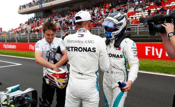 Valtteri Bottas onnitteli paalupaikan napannutta Lewis Hamiltonia heti maalissa.