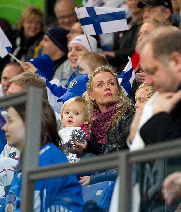Veera istui äitinsä sylissä Vancouverin olympialaisissa helmikuussa 2010.
