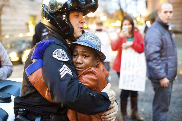 Devonte Hart halasi mielenosoituksessa marraskuussa 2014 poliisia. Hän oli tuolloin 12-vuotias.