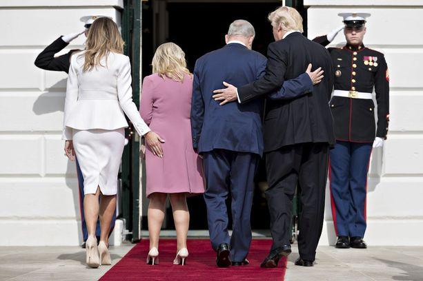 Melania Trumpin käsi eksyi Sara Netanjahun takapuolelle.