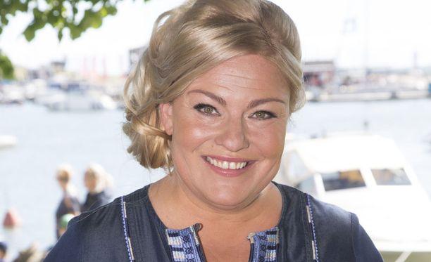Näyttelijä Sanna Saarijärvi jäi virkavapaalle tukeakseen lasta harrastuksessa.