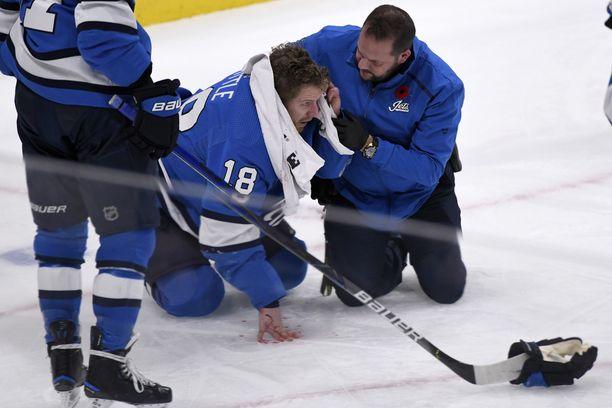 Bryan Little jouduttiin auttamaan jäältä hänen saatuaan kiekon päähänsä.