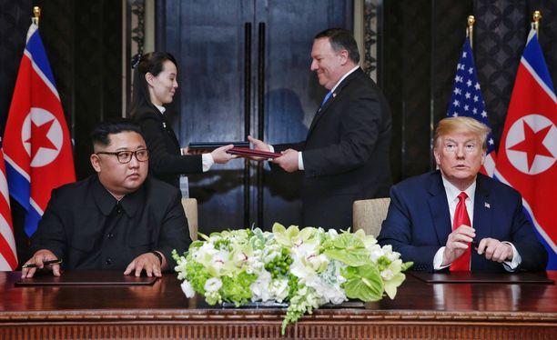 Kim Jong-unin (vas.) ja Donald Trumpin takana elokuisessa tapaamisessa Singaporessa Kimin Yo-jong-sisko ja Yhdysvaltojen ulkoministeri Mike Pompeo.