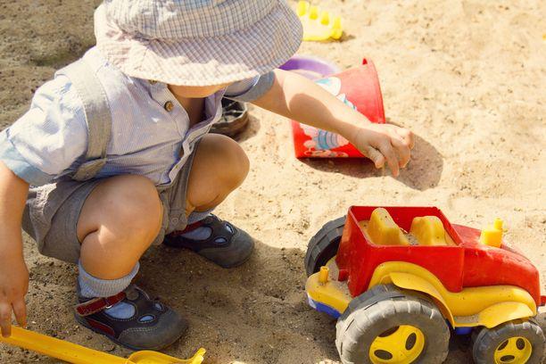 Lapsen ikä vaikuttaa perheensisäisten tartuntojen todennäköisyyteen.
