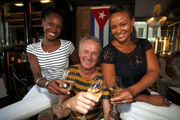 Kuvassa vasemmalla Folke Lene-vaimonsa kanssa. Kuvassa oikealla myös Lola Odusoga. Kuva vuodelta 2013.