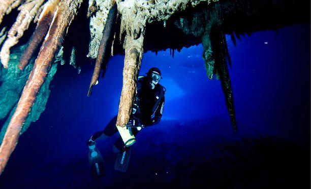 Syviä ja pitkiä luolasukelluksia tehdään suljetun kierron sukelluslaitteiden avulla. Kuvituskuva.