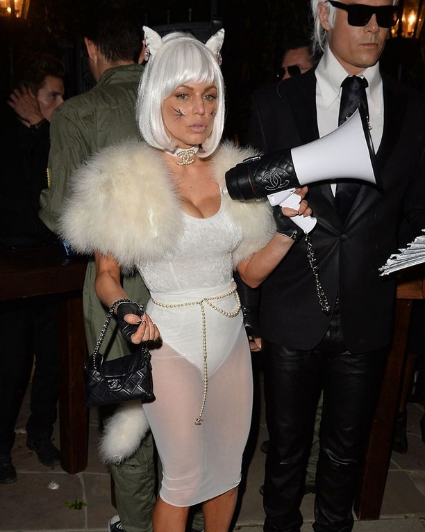 Black Eyed Peas -laulaja Fergie verhosi jalkansa läpinäkyvään valkoiseen.