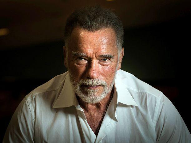 Itävallassa syntynyt Arnold Schwarzenegger muutti Yhdysvaltoihin 1960-luvun lopulla ja on sittemmin tehnyt pitkät urat niin kehonrakennuksessa, elokuva-alalla kuin politiikassakin.