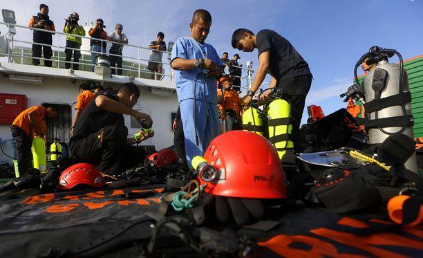 Jaavanmerestä on löydetty noin 30 ruumista pudonneen AirAsian lennon jäljiltä.