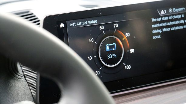 Kuljettaja voi itse päättää, kuinka paljon virtaa haluaa säästä myöhempään käyttöön. Lataus ei laske alle halutun.