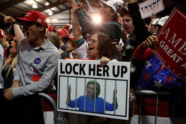 Tuhannet jonottivat Trumpin kampanjatilaisuuteen Leesburgissa Pohjois-Virginiassa.