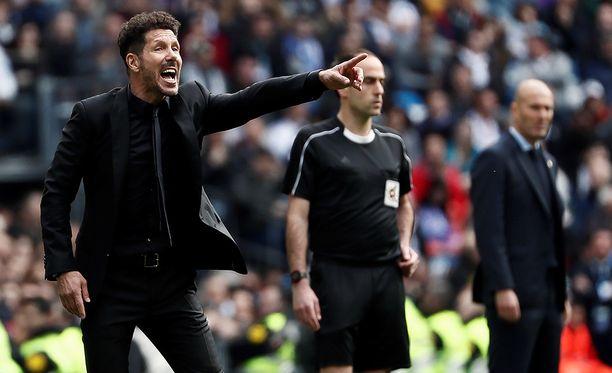 Diego Simeonen (vas.) Atlético jäi Zinédine Zidanen Real Madridia vastaan 1-1-tasapeliin.