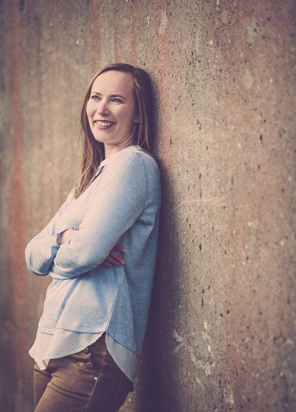 Noora Vallinkoski on Tanskassa asuva turkulaisen lähiön kasvatti ja työläisperheen tytär. Kustantajan mukaan Vallinkoski on ollut järkyttynyt kirjan jouduttua poliisitutkintaan.