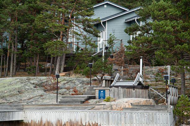 Säkkiluodon rannalla on maininta kameravalvonnasta. Saarella on lukuisia kameroita.