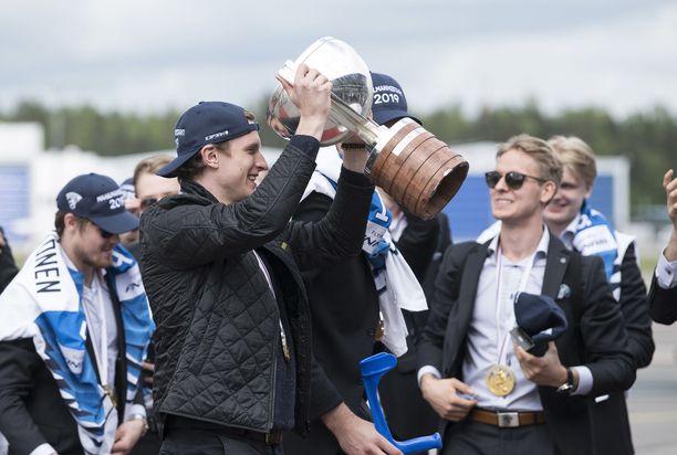 Eetu Luostarinen pääsi nostamaan MM-pokaalia Helsinki-Vantaalla maailmanmestarien saavuttua Suomeen.