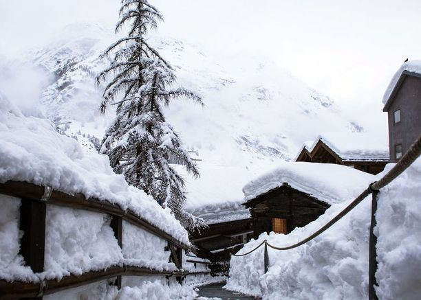 Tältä Zermattissa näytti tiistaina. Lunta satoi vajaassa kahdessa päivässä lähes kaksi metriä.