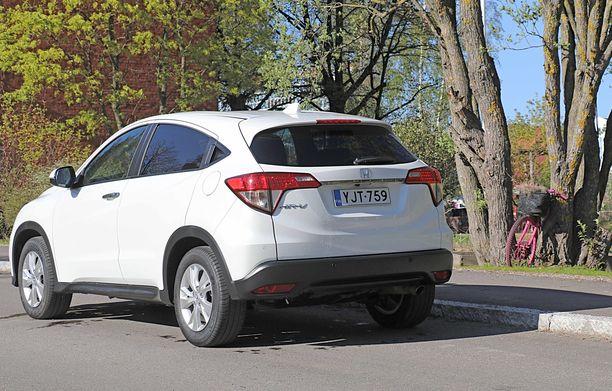 Hondan takapään muotoiluun on saatu pientä coupemaista sykettä - takaoven kahvatkin on piilotettu ikkunapuitteisiin.