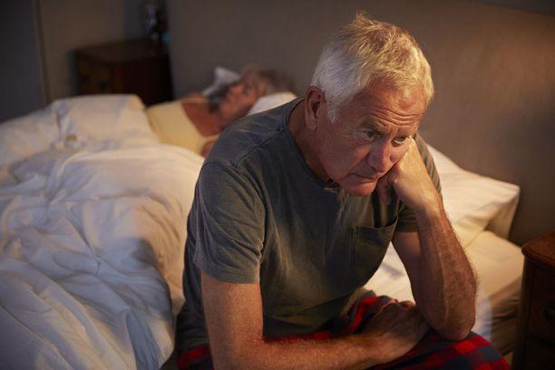Melatoniin eritys on suurimmillaan vähän ennen puberteetin alkamista. Suunnilleen 55 vuoden iästä lähtien melatoniinia erittyy vain hyvin vähän.