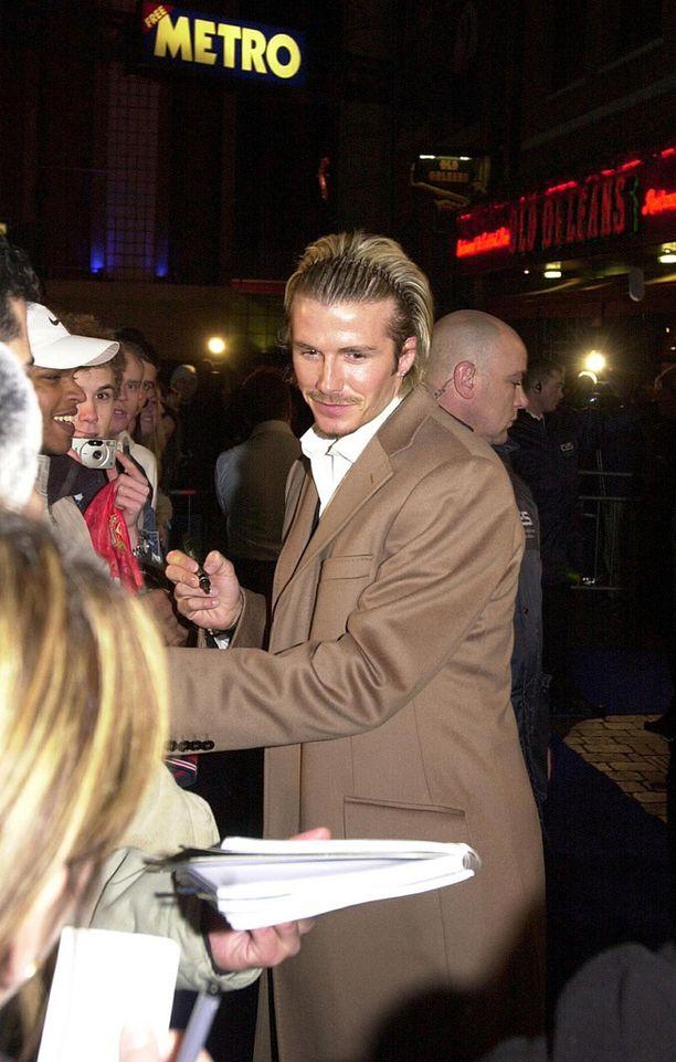 Tämän näköisenä Beckham jakoi nimikirjoituksia Pepsi-mainoskuvauksen yhteydessä vuonna 2003.