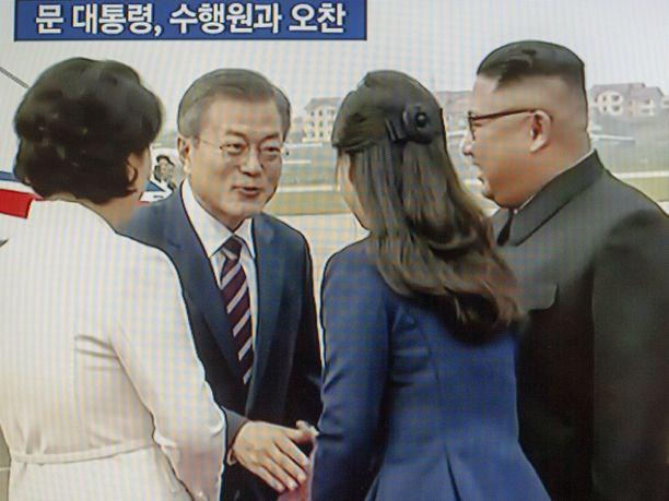 Presidentti Moon Jae-iniä ja hänen vaimoaan Kim Jung-sookia olivat vastassa Kim Jong-un vaimonsa Lee Sul-joon kanssa.