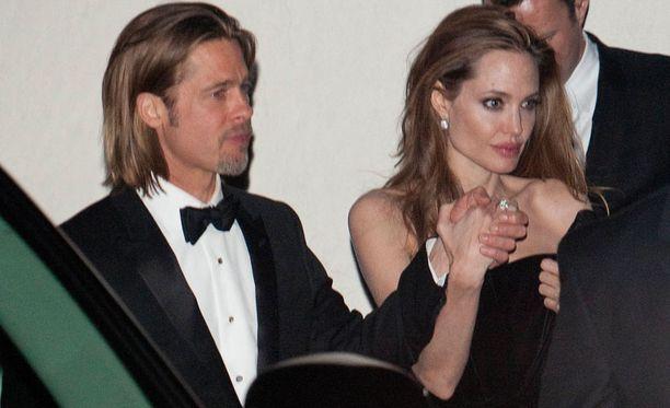 Brad Pitt ja Angelina Jolie poistuivat käsi kädessä George Clooneyn Oscar-bileistä.