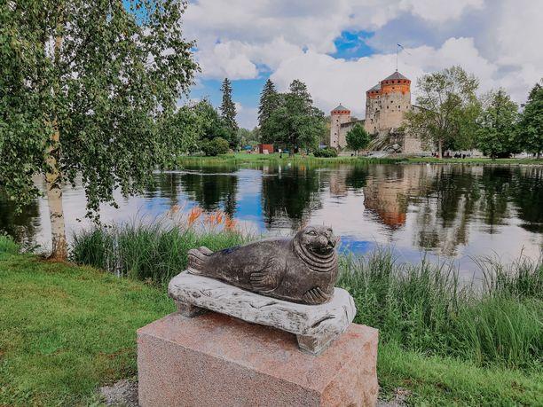 Olavinlinna on Savonlinnan tärkein maamerkki. Saimaan vesillä on myös norppia.