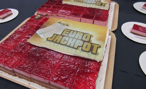Eurojackpot-kakkukahvit Lielahden Citymarketissa Tampereella. Kaupassa pelattiin Eurojackpot-rivi, jolla voitettiin 87 miljoonan euron jättipotti.