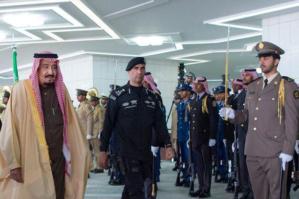 Saudi-Arabian kuningas Salman ja henkivartija, kenraali Abdel Aziz al-Fagham (kesk.) arkistokuvassa Riadissa vuonna 2017.