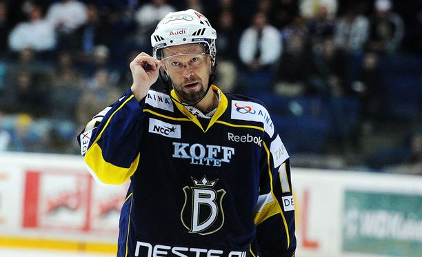 Saksan jälkeen oli taas Suomen vuoro - nyt Espoossa Bluesin paidassa. Keväällä 2011 tuli hopeaa.