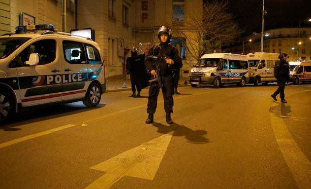 Poliisi yöllä Saint Denisin alueella Pohjois-Pariisissa.
