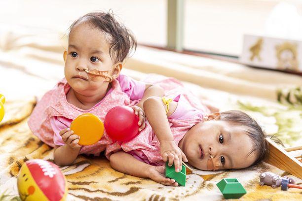 Dawa (vas.) ja Nima leikkivät Melbournen lastensairaalassa ennen leikkausta.