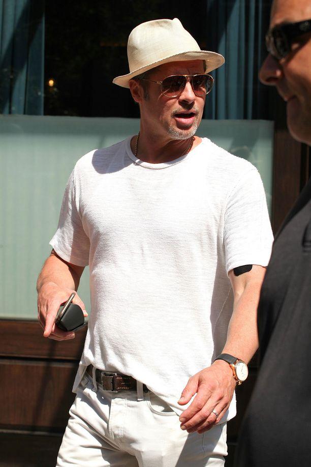 Brad Pitt suostuu toistuviin alkoholi- ja huumetesteihin voidakseen tavata lapsiaan valvotusti.