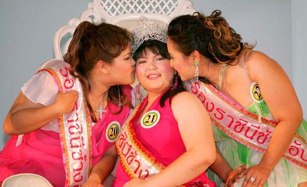 Vuoden 2005 Miss Jumbo Queeniksi kruunattiin Tarnrarin Chansawang (keskellä).