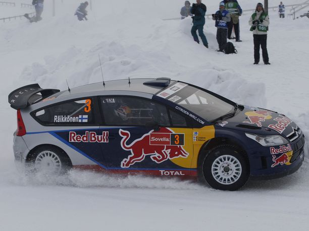Kimi Räikkönen kaasutteli tähän tyyliin Tunturirallissa vuonna 2010. Myös rallin MM-sarjaa saatetaan ajaa ensi kaudella Suomessa lumella.