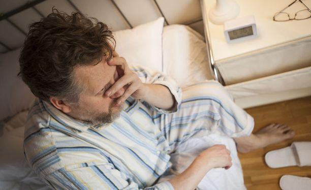 Jos uni pätkii, siihen voi olla monia muitakin syitä kuin alkava Alzheimerin tauti.