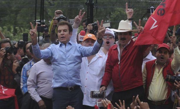 Salvador Nasralla (vas.) ja entinen presidentti Manuel Zelaya mielenosoituksessa.