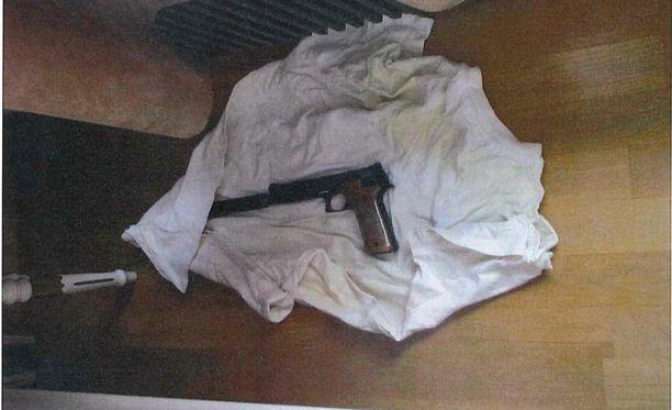 Kimmo Elomaan kotoa löytyi myös luvaton ase.