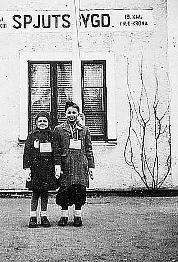 Kemin sisarusten, Raunin ja Raimon, pitkä matka Oulun-kotiin alkoi Spjutsbygdin asemalta Skånesta.