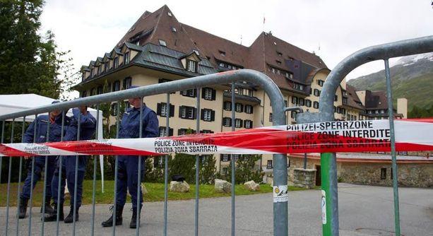 Suljettu Bilderberg-kokous järjestettiin tänä vuonna Chantillyssa Virginian osavaltiossa Yhdysvalloissa. Kuva Suvretta-hotellin edestä St.Moritzista Sveitsistä, missä Bilderberg-kokous pidettiin 2011.