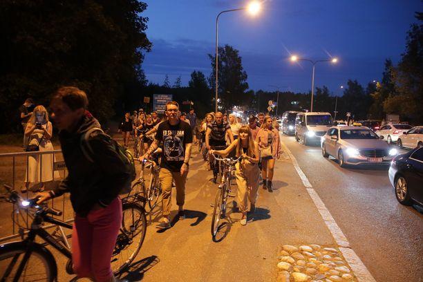 3 000 pyörälle oli varattu pyöräparkki konserttialueen liepeiltä. Moni saapuikin polkien keikkapaikalle.