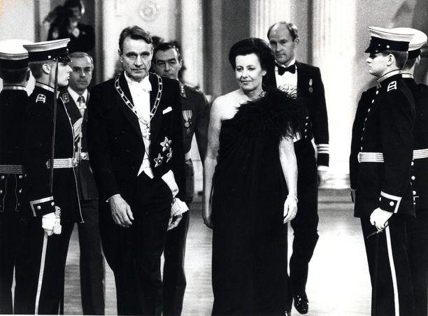 Presidenttipari Mauno ja Tellervo Koivisto vastaanottavat vieraita presidentinlinnassa.