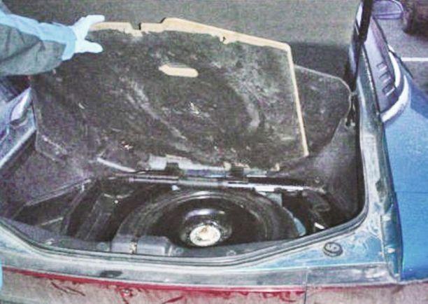 Yksi pumppuhaulikko oli piilotettu auton tavaratilaan.