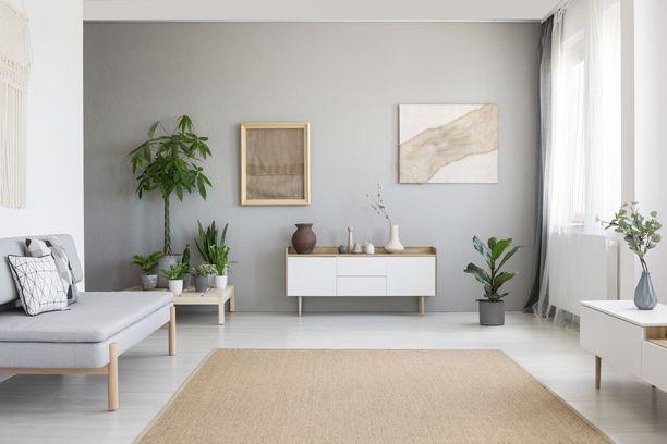 On tyypillinen moka sijoittaa kaikki huonekalut seinää vasten.