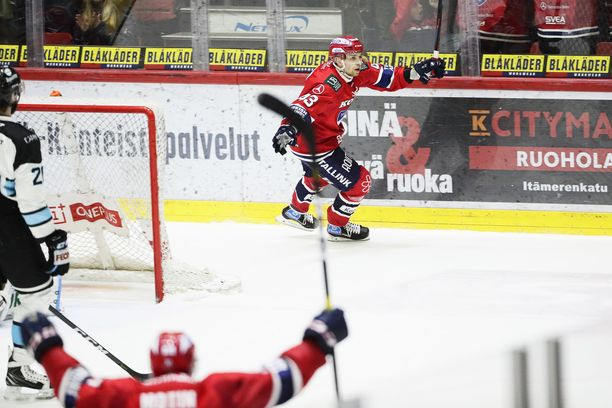 HIFK:n Sakari Salminen juhlii 2-1 maaliaan.
